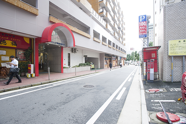 2左手に赤い屋根のビルが見えてきます。208号室が当事務所です。